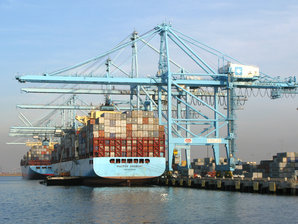 Ein Schiff in einem Container Terminal ladenden  STS Container Kran