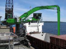Schiffsentlader im Hafen