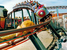 Stromschienen werden für die Elektrifizierung der Familienbahnen benötigt of Roller Coaster